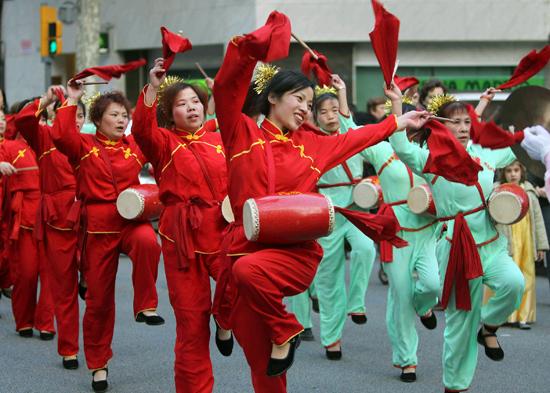 Grup de dansaires al Fort Pienc actuant amb motiu de la celebració de l'Any de la Serp. EFE/El Temps