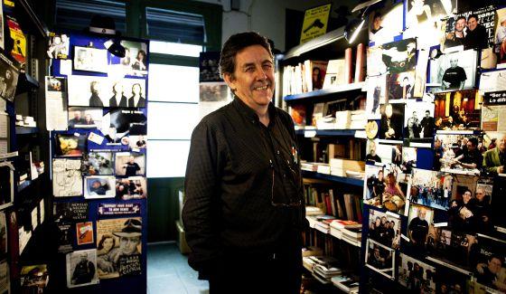 Paco Camarasa a la seua llibreria. Foto: Consuelo Batista/El País.
