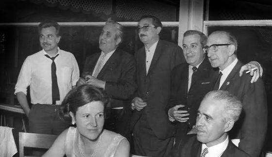 Homenatge a Joan Fuster l'any 1968 en el resturant La Pepica. D'esquerra a dreta, Ricard Zamorano, Gonçal Castelló, Joan Fuster, Ricard Blasco, Enric Soler i Godes i Joaquín Maldonado. / Arxiu Joan Fuster