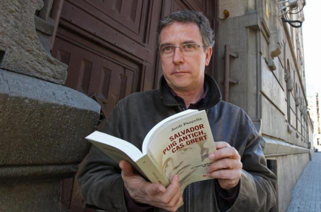 El periodista Jordi Panyella amb un exemplar del seu darrer llibre, Salvador Puig Antich, cas obert.