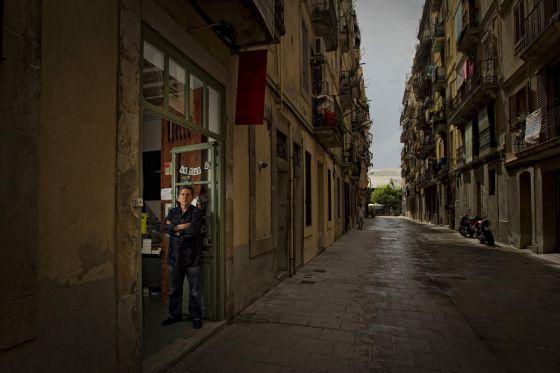Paco Camarasa a la porta de Negra y Criminal al carrer de La Sal. Foto, Carles Ribas/El País.