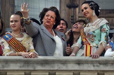 Barberà i Sánchez Camacho en una mascletada el 2011. Foto: Carles Francesc/El País