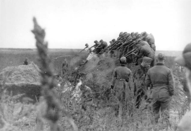 Execució de jueus pels Einsatzgruppe a Dubossary, Ucraïna, el 14 de setembre de 1941. Foto/Yad Vashem.