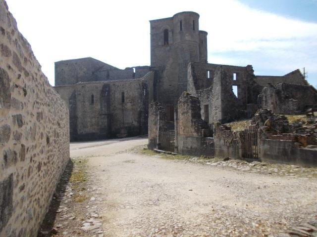 Runes de l'església d'Orador on van ser assassinades les dones i els xiquets de la vila. Foto, Francesc Viadel.