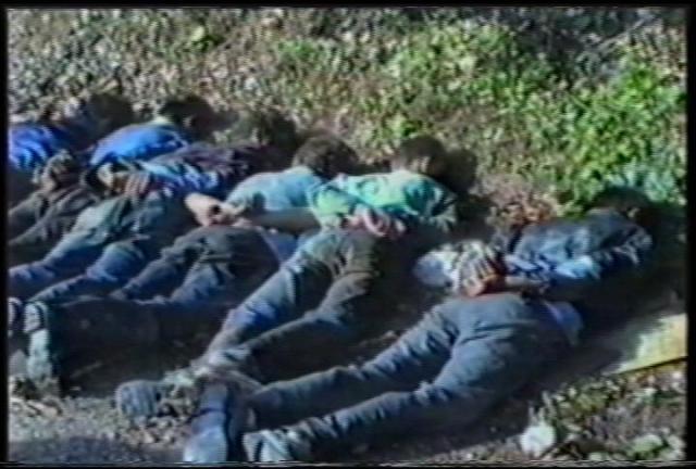 Joves musulmans als voltants d'Srebrenica l'estiu de 1995 esperen ser executats pels seus captors serbis de la milicia Scorpions.