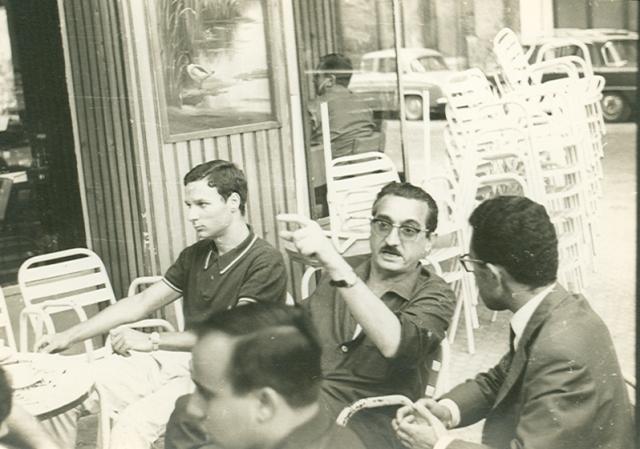 Un jove Ricard Pérez Casado amb Joan Fuster, Antoni Bargues i José Rodrigo a València, estiu de 1965. Foto Torderes/Serra d'Or.