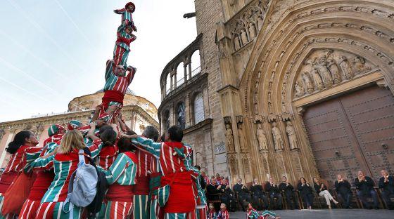 La Nova Muixeranga davant la catedral de València. Foto El País/Mónica Torres.