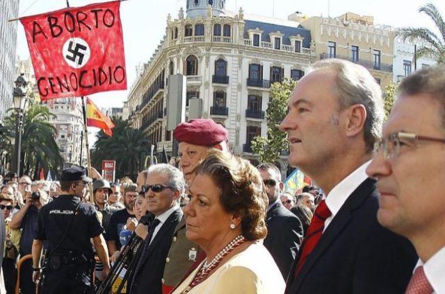 Bandera nazi en presència de l'alcaldessa de València, Barberà, i del president Fabra durant la processó cívica del 9 d'octubre de 2014 a València.