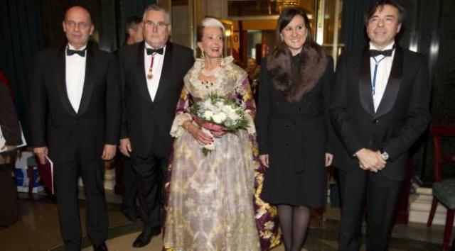 La llegenda Amparo Cabrera entre el president de Lo Rat Penat, Enric Esteve, i la consellera Català. Foto: Levante-EMV.