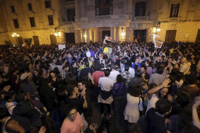 Manifestació popular d'alegria la nit de derrota electoral de Barberà. Foto, El Mundo.