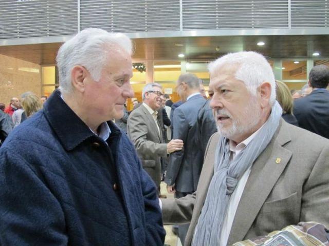 El llibreter Lluís Andrés conversant amb el poeta Jesús Huguet durant la darrer edició dels premis Ciutat d'Alzira.