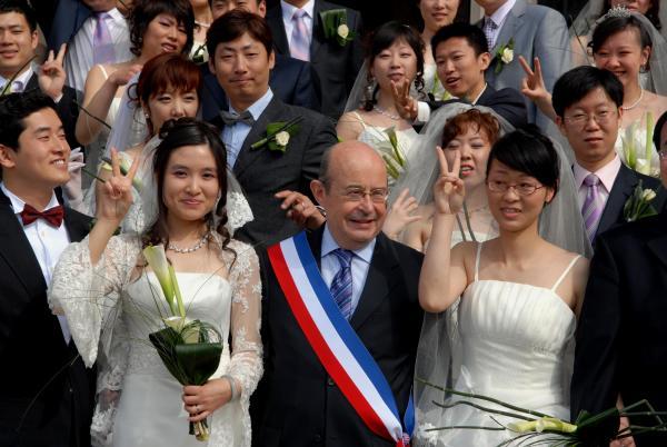 Jean Germain en una de les celebracions de noces xinesesque es celebraven a l'ajuntament de Tours. Foto, La Nouvelle Repúblique.