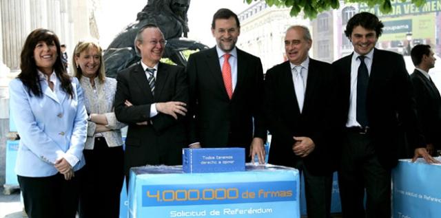 Abril del 2006, el PP en ple presneta 4 milions de signatures per sotmetre a referéndum l'estatut de Catalunya.