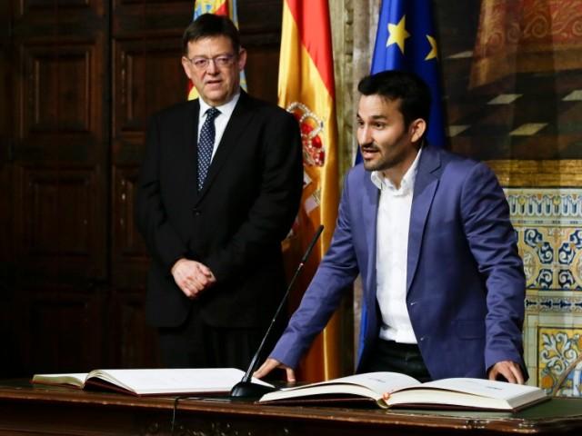 Vicent Marzà pren possessió del càrrec de conseller d'educació i Cultura davant la mirada atenta del president de la Generalitat Ximo Puig. 22 de juny de 2015.