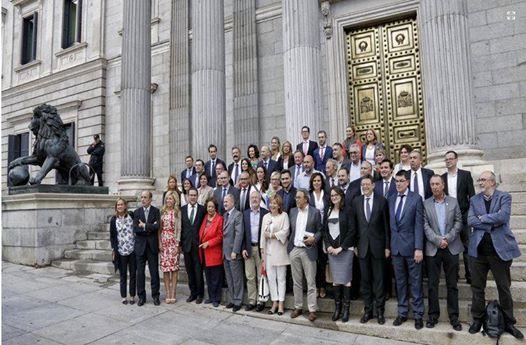 Foto de família dels diputats valencians davant el Congrés dels diputats.
