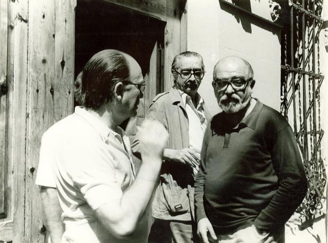 A la porta de sa casa, al carrer de Sant Josep, amb Andrés Estellés i Vicent Ventura, després de l'atemptat del 12 de setembre de 1981