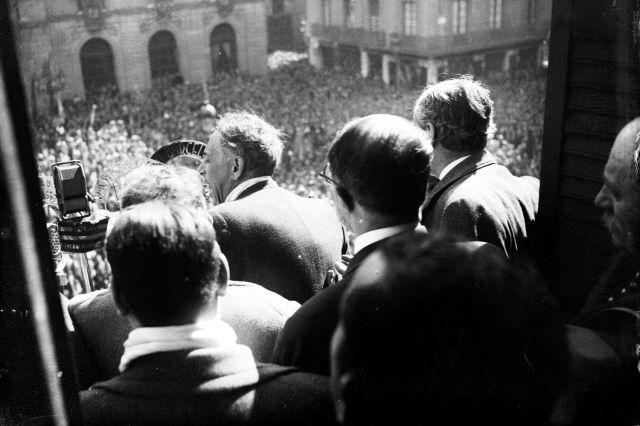 1936, Companys aclamat per la multitut a la Plaça de Sant Jaume després de ser alliberat de la pressó on va estar tancat pels fets de 1934.