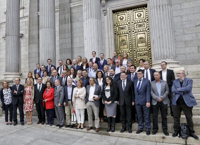 17 de setembre de 2015. Els diputats valencians a la porta del Congrés després d'una sessió amb el blindatge de les inversions de l'Estat com a tema a la qual només van assistir 45 dels 350 diputats espanyols.