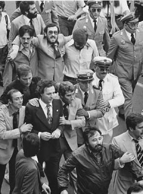 Intent de linxament de l'alcalde Ricard Pérez Casado durant la processó cívica del 9 d'octubre de 1979.
