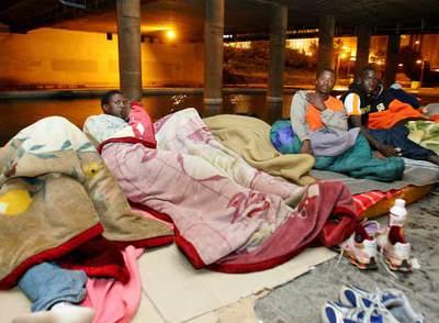 Emigrants subsaharians acampats sota el pont d'Ademúz, València 2007.
