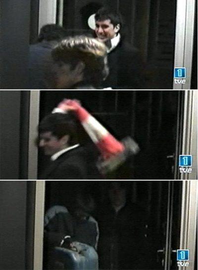Imatge dels agressors pocs moments abans de cremar viva la captaire, Maria Rosa Endrinal. Barcelona, desembre de 2005.