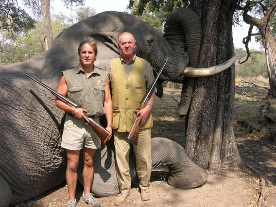 rey-posa-con-propietario-rann-safaris-frente-elefante-abatido-durante-una-caceria-ano-2007-1334401314949
