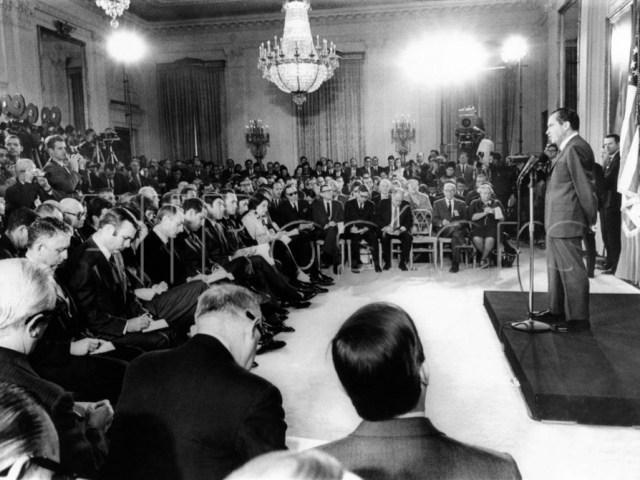 Nixon compareix davant la premsa.