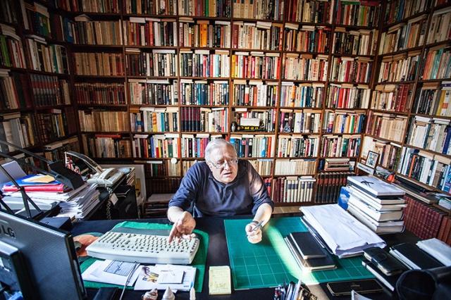 El periodista Xavier Vinader al despatx de sa casa. Foto, Victor Serri, Directa