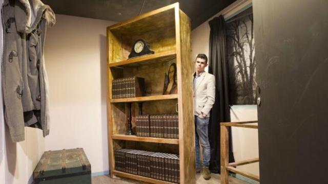 Tihjs Verbene en l'escape bunker que replica l'amagatall d'Ana Frank. AFP/ANP/Jeroen Jumelet.