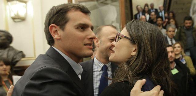 Mónica Oltra i la flauta de C'S. Foto, Uly Martín, El País.