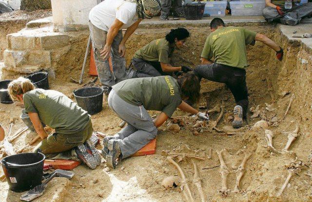 Excavació de la fossa de Porreres, Mallorca. Foto ARA Balears, Miquel Barceló.