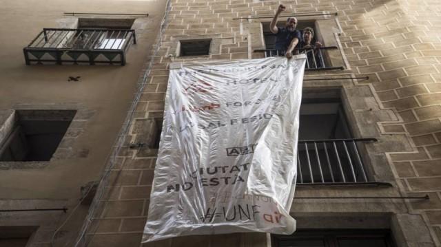 Veïns de la baixa Sant Pere protesten ples pisos turístics. Foto/El País.