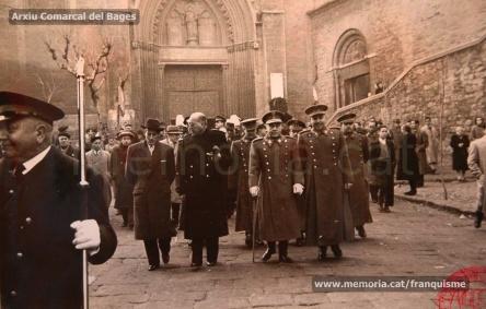 El Governador Civil feixista, Bartolomé Barba (al centre) durant els actes de la Fiesta de la Liberación celebrada a Manresa el 1947. Foto/Arxiu Comarcal del Bages.