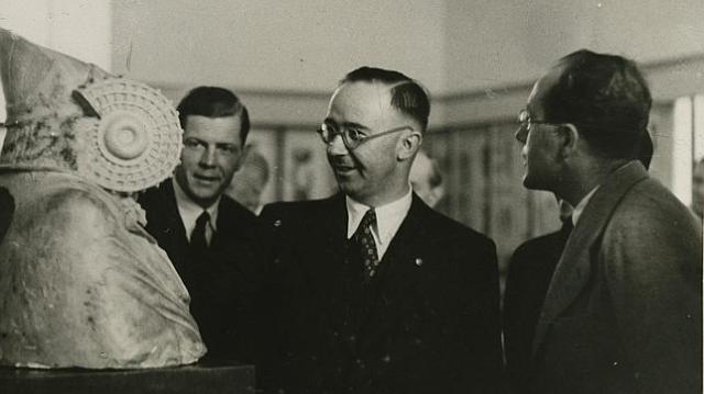 1940, Himmler contempla la Dama d'Elx entregada pel seu govern a Franco després de ser sustreta del Louvre.